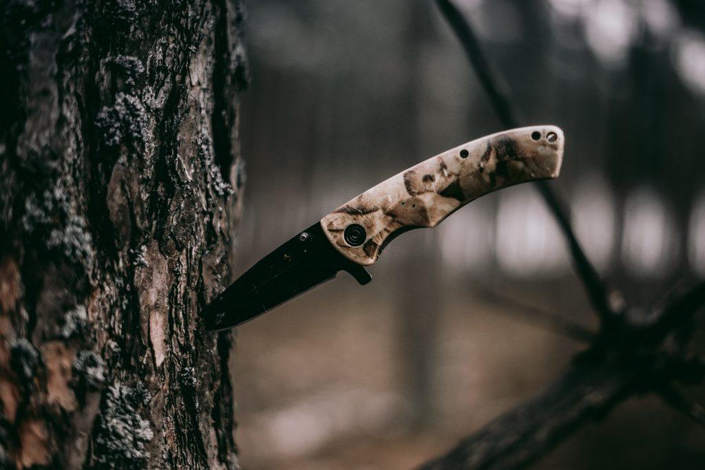 Couteau-planté-dans-arbre